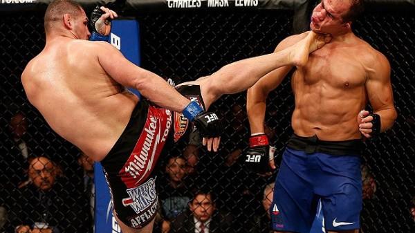 Πρώην πρωταθλητής του UFC… βουνό προπονείται στο WWE