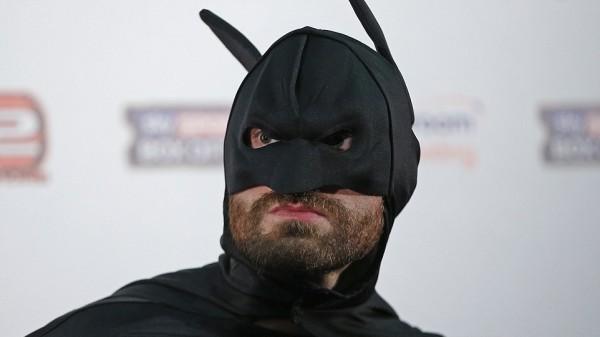 O Tyson Fury ντύνεται Batman και δέρνει τον Joker μπροστά στον Klitschko στην συνέντευξη Τύπου! (ΒΙΝΤΕΟ)
