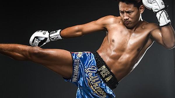 Τελείωμα για άντρες με ιπτάμενη αγκωνιά σε αγώνα Muay Thai!