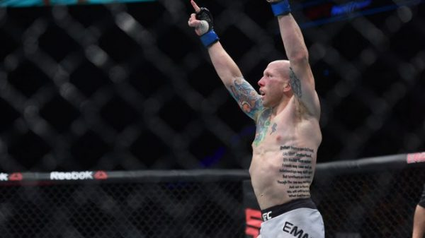 Eπιβλητικός ο Emmett κέρδισε τον  Felipe Arantes στο UFC Poland