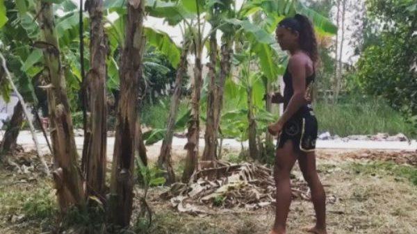 Ποιος Buakaw; Η Anissa σπάει στα δύο μπανανιές…