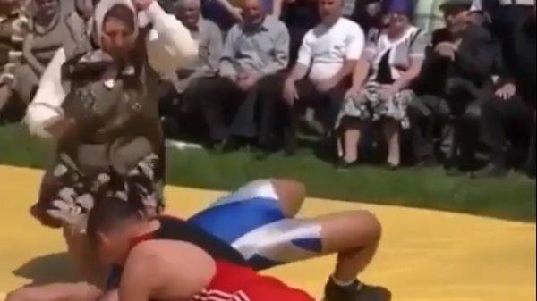 Απίστευτο: Βαρβάτη μαμά παρεμβαίνει σε αγώνα πάλης υπέρ του γιου της (ΒΙΝΤΕΟ)