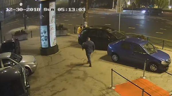 MMAer σώζει γυναίκα από βίαιο άντρα έξω από night club
