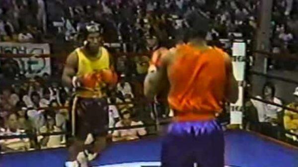 O 15αρης Mike Tyson διαλύει τον Winston Bent σε ερασιτεχνικό αγώνα
