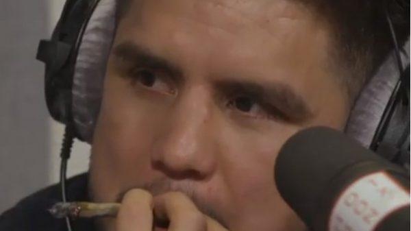 O Mike Tyson έκανε…πάσα τσιγάρο στον Cejudo κατά την διάρκεια συνέντευξης!